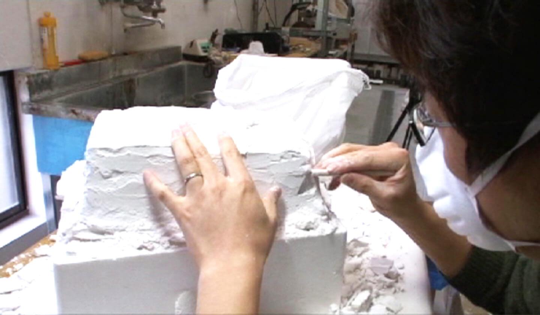 Ishida Glass Studio 制作工程 石膏型を割って、ガラスを取り出す
